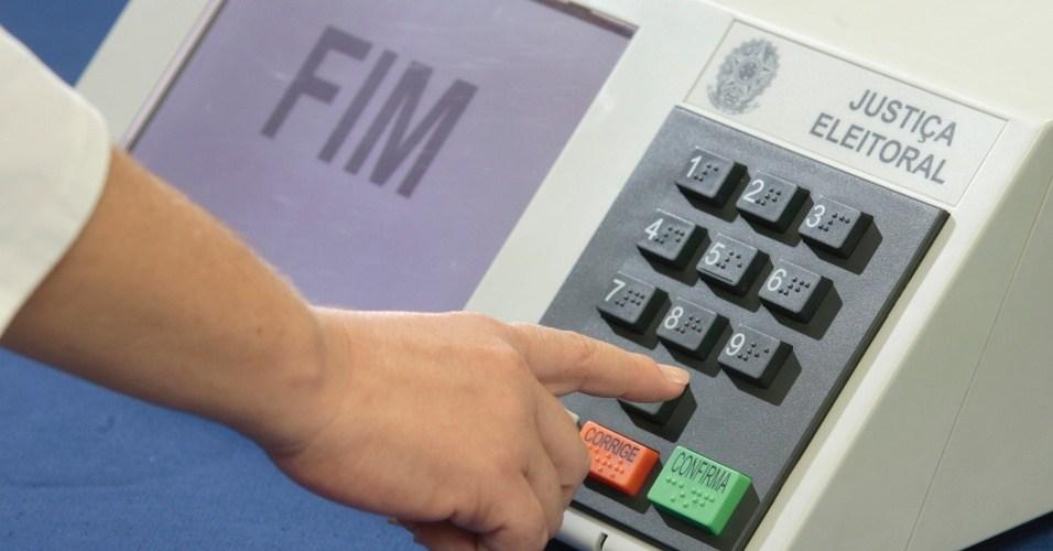 Resultado de imagem para imagens de uma urna eletronica e povo votando
