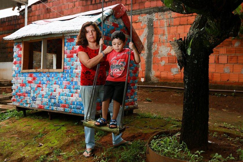 Governo cobra IPTU sobre casinha feita de caixas de leite